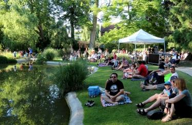 Pique-nique d'été au Parc de l'Hotel de ville / © Carine Charlier © www.clic-et-plume.com